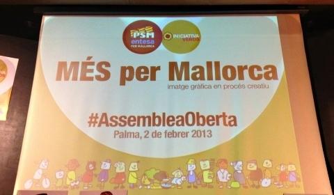 Los lazos amarillos permanecerán colgados en el balcón de Més per Palma (Foto: Europa Press)