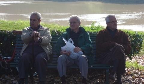 Jubilados sentados en un banco
