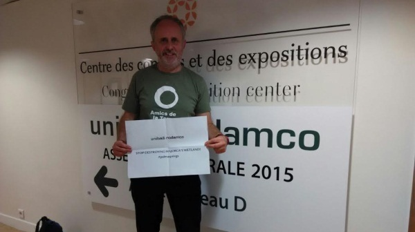 Un activista de la Plataforma Salvem Ses Fontanelles irrumpe a la junta de accionistas de Unibail Rodamco en París