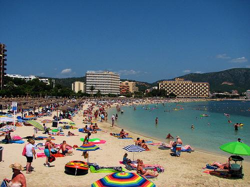 La plaza del pueblo se convierte en una improvisada playa de arena blanca. Foto: Revista Arròs amb salseta.