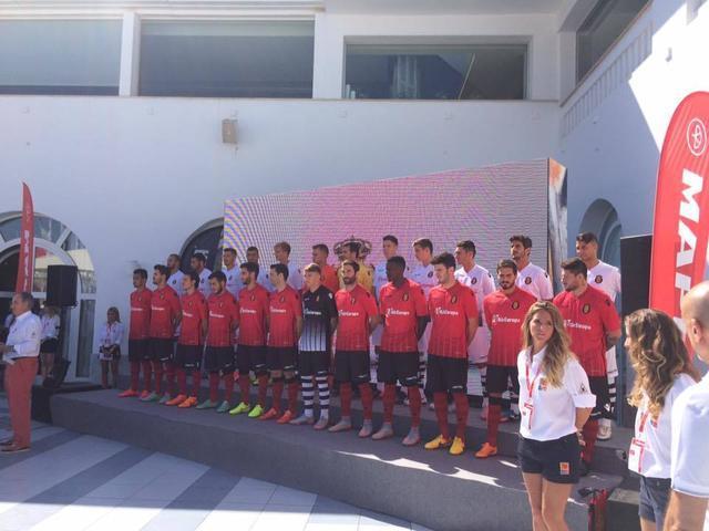 Los mallorquinistas celebrando el gol de triunfo ante Osasuna en la primera jornada (Foto: RCDM)