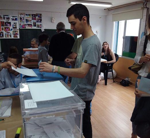 18.11.15 Biel votando