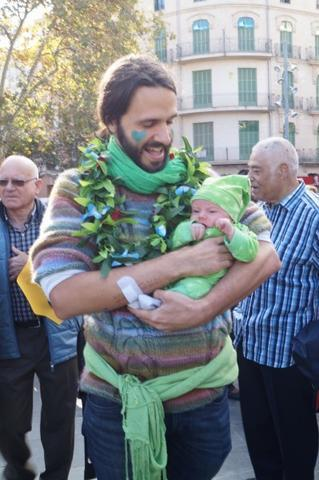 Un padre con su hijo en la marcha contra el cambio climático