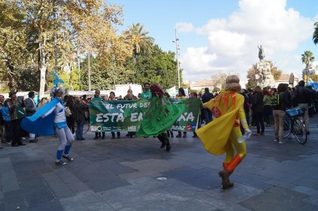 Mujeres representando los recursos de la Tierra