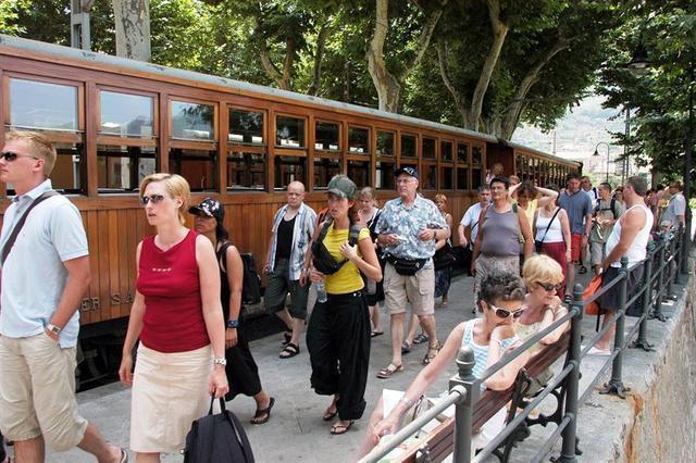 Turistas saliendo del tren de Sóller