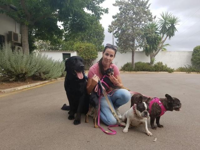Silvia Orell con sus perros.