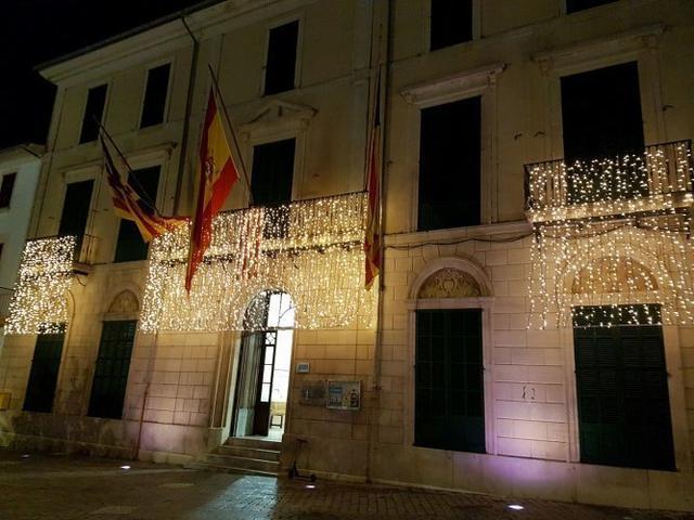La fachada del Ayuntamiento luce engalanada