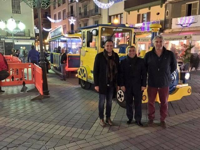 Jaume Tortella con el alcalde de Inca Virgilio Moreno delante del tren de Navidad