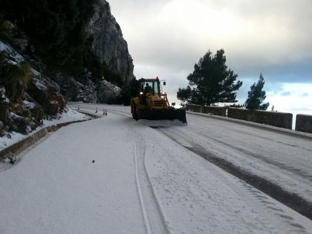 Imagen: Archivo. Excavadoras retirando la nieve en la carretera del Puig Major