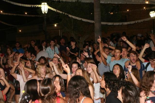 Archivo. Jóvenes disfrutando de la fiesta en una verbena de verano