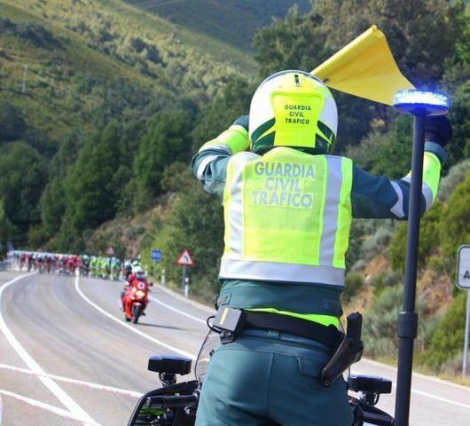 guardia civil trafico vuelta ciclista