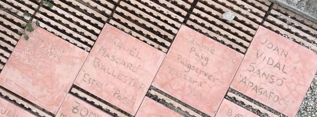 Losetas con los nombres de los cuatro campaners al pie del monumento ubicado en el cementerio de Montuïri. Imagen: M.M.C