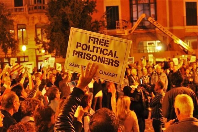 Multitud de personas se concentraron hace unos meses frente a Cort para reclamar la libertad de los 'presos políticos' (Foto: E.P)