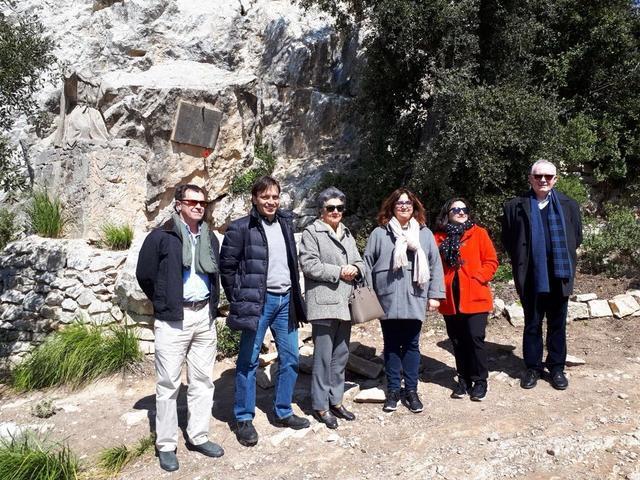Francesc Miralles en la cueva de Ramon Llull para su adecuación