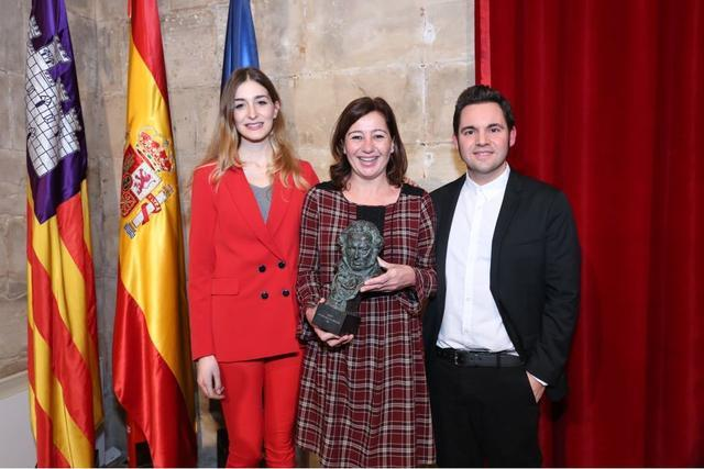 francina con el vestido de cuadros 16 febrero premiados goya