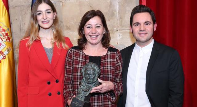 francina con el vestido de cuadros 16 febrero premiados goya como objeto inteligente-1