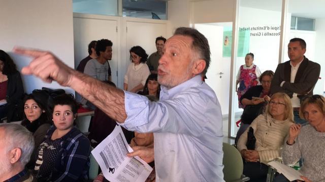 El alcalde Antoni Noguera con los vecinos del Camp Redó, que se quejan de que no ha hecho nada (Foto: Josep Medrano)