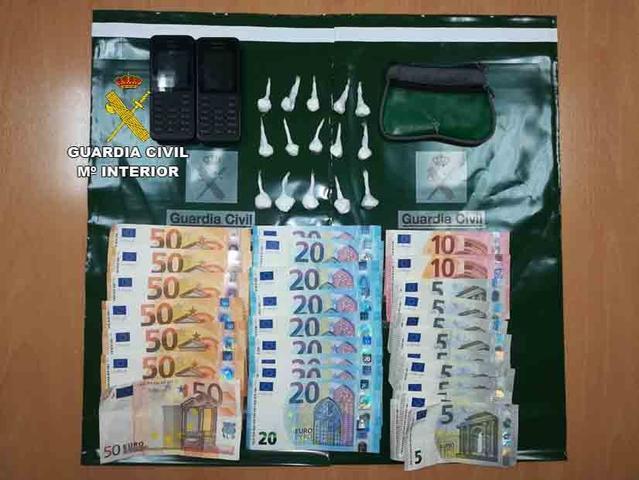 Incautación dinero, droga y móviles a dos presuntos traficantes