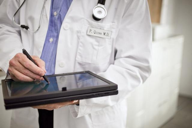 Las condiciones laborales de los trabajadores sanitarios ha empeorado según revela el estudio (Foto: Archivo)