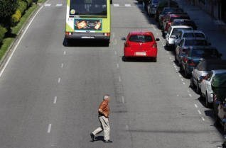 Guardia Civil peatones no cruzar carretera