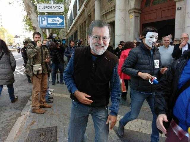 Funcionarios de Justicia hacen un performance de Rajoy (Foto: María Jesús Almendáriz)