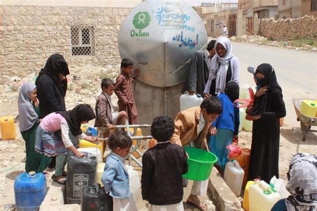 Personas recogen agua en Yemen Oxfam