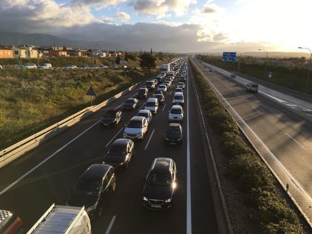 atasco tráfico muchos coches colas kilométricas autopista Inca Sa Cabana