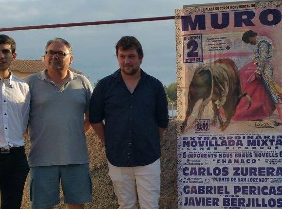 Defensores de las corridas y aficionados ante un cartel taurino en Muro (Foto: Facebook)
