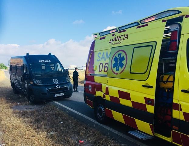 Los servicios médicos no han podido hacer nada por el joven conductor, ya que ha muerto en el acto (Archivo)