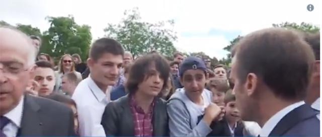 Macron reprende a un adolescente que le llama Manu