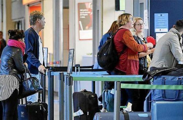 Una cola de turistas en el Aeroport de Palma (Foto: Archivo)