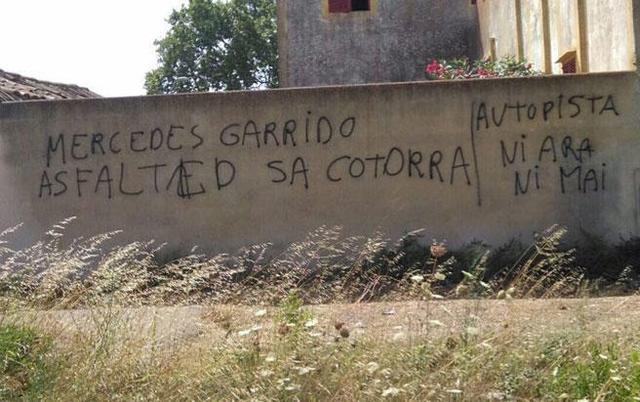 Pintadas contra la consellera insular Mercedes Garrido por su política de carreteras (Foto: Twitter)