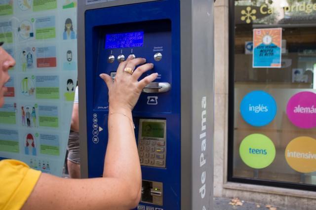 Una usuaria de la EMT recarga la tarjeta en la máquina de la Vía Alemania