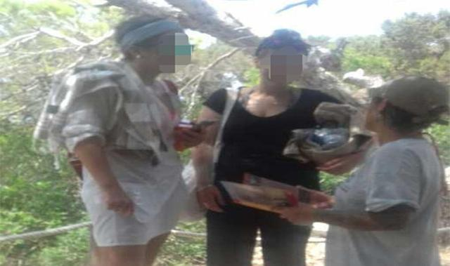 Los visitantes recogen la basura que han generado y se la llevan con ellos