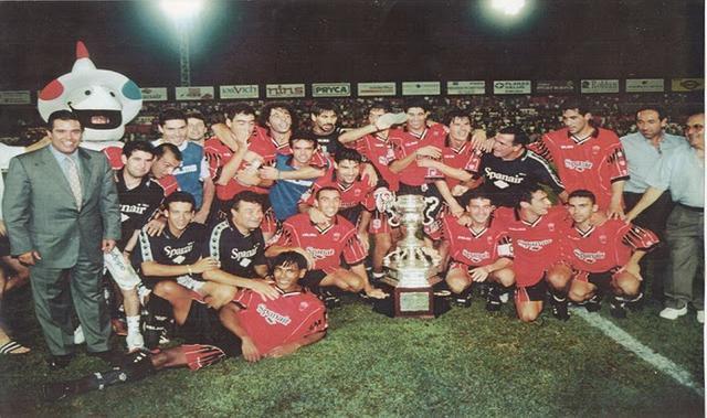La plantilla barralet celebrando el título en 1997 (Foto: Archivo Familia Jaume)