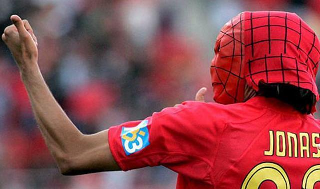 El argentino, celebrando como barralet un tanto con la máscara de Spider-Man