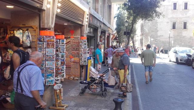 Turistas frente a una de las múltiples tiendas localizadas en el casco antiguo