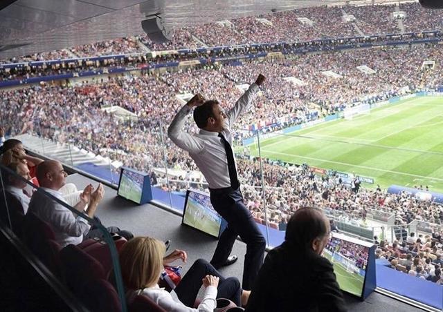 El presidente francés en una imagen que sigue dando la vuelta al mundo
