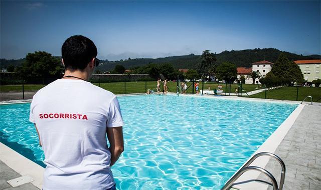 Socorrista vigila a los bañistas en una piscina (Archivo)