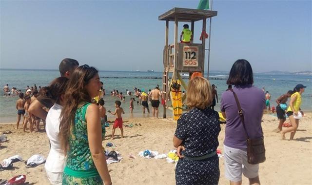 Turistas ante un puesto de Socorro del 112 en Baleares (Archivo)