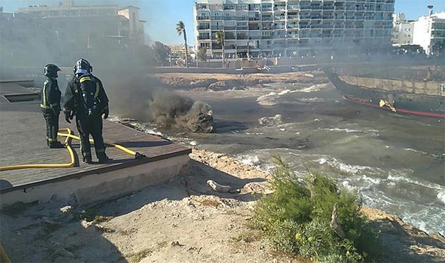 Los bomberos extinguiendo el incendio de los barcos, tras la evacuación de tripulantes y pasajeros