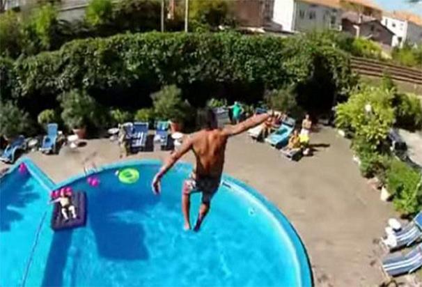 Un turista tirándose desde la terraza de la habitación de un hotel a la piscina (Archivo)