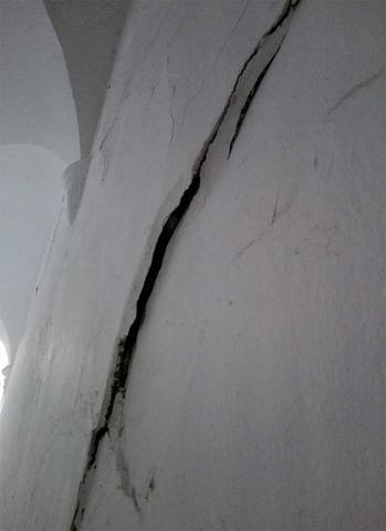 Una gran grieta muy visible en el corredor