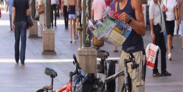 A la mujer que le robaron la cartera se le acercó un hombre del este con un mapa desplegado