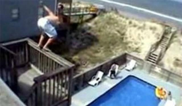 Un turista tirándose desde el balcón de un hotel a la piscina (Archivo)