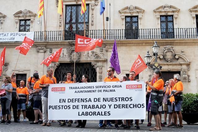 Los trabajadores de la grúa municipal en la concentración ante Cort