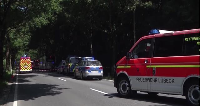 La policía alemana y las ambulancias en el lugar donde ha parado el autobús para evitar una masacre