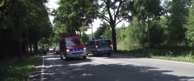 Los coches policiales patrullan la zona donde ha tenido lugar el brutal ataque a manos de un hombre iraní