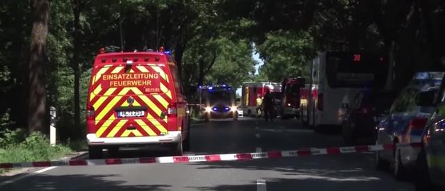 El lugar dónde ha sido estacionado el autobús, acordonado por la Policía alemana