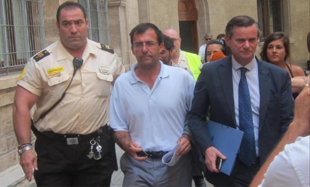 Miquel Nadal, en el centro, acompañado de su abogado (Archivo)